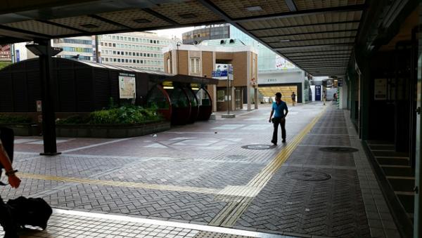 横浜駅中央西口の公衆電話前