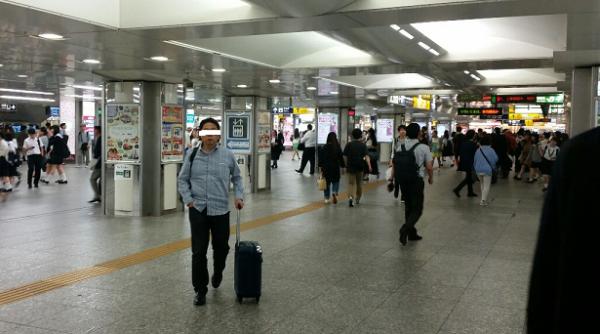 横浜駅の中央通路の人混み