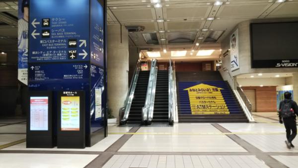 横浜駅の東口バス乗り場へ向う階段