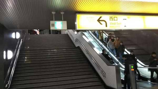 横浜駅の東口地上へでる階段