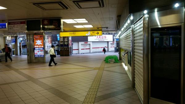 横浜駅みなみ西口の売店前