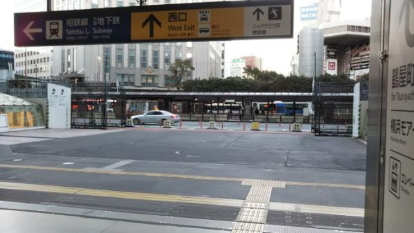 横浜駅西口前の広場