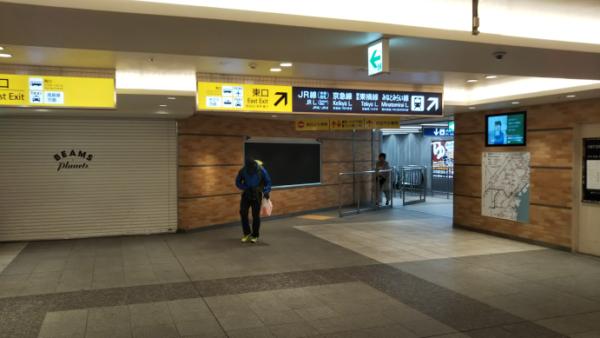 横浜駅の相鉄線2F改札から中央通路に向う