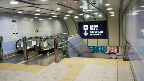 横浜駅西口東横線へ下りる階段