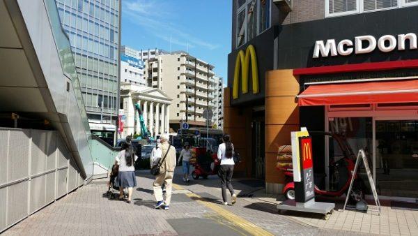 新横浜駅、2号線前のマクドナルド