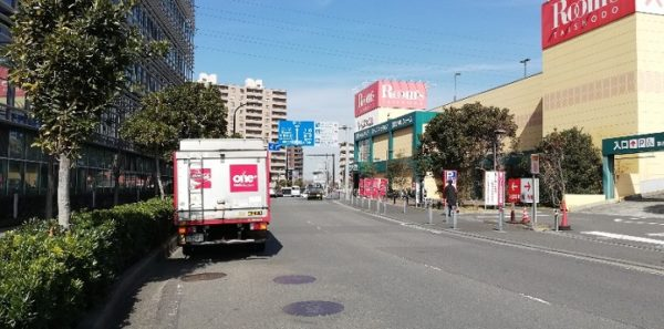 新横浜「太尾新道入り口」信号前(家具のROOMS大正堂前)