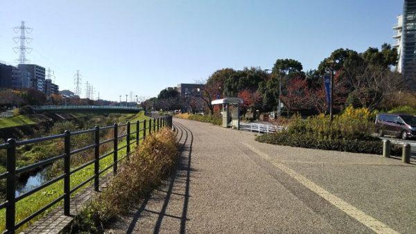 新横浜の労災病院前の砂利道