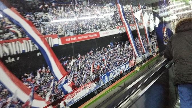 新横浜駅ブルーラインのエスカレーター横のペイント