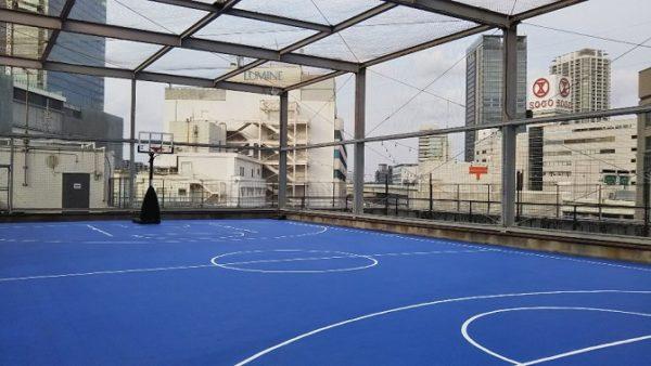 アソビル横浜の屋上(バスケットコート)