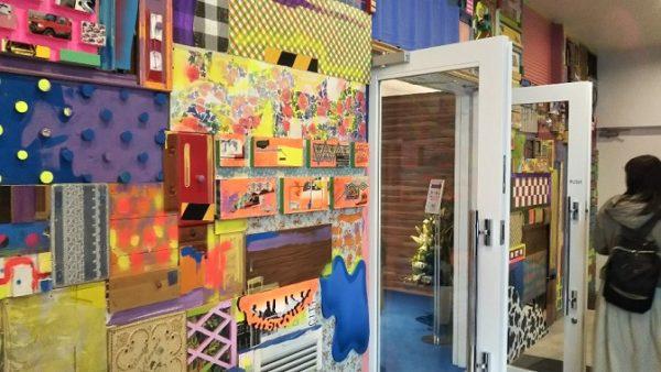 アソビル横浜の入り口の壁面の絵