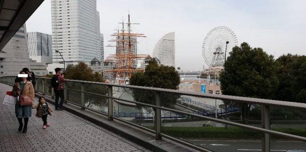 桜木町駅の動く歩道の途中の絶景スポット
