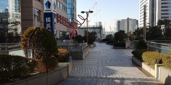 桜木町駅横浜銀行本店前のオブジェ