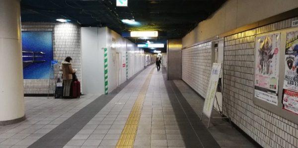 地下鉄ブルーライン新横浜駅のロッカー群がある通路