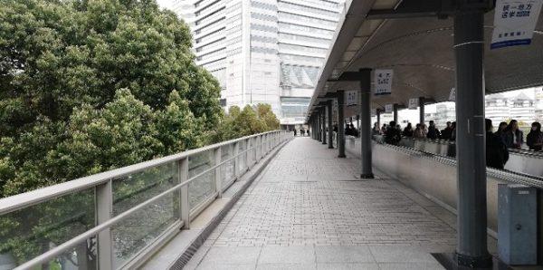 桜木町駅前の動く歩道でランドマークへ向かう