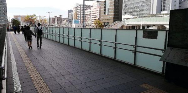 新横浜駅のキュービックプラザの北出入口、西広場へ向う通路