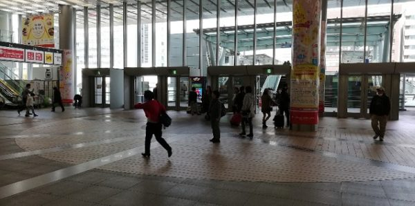 新横浜駅キュービックプラザの北出入口前の吹き抜けスペース