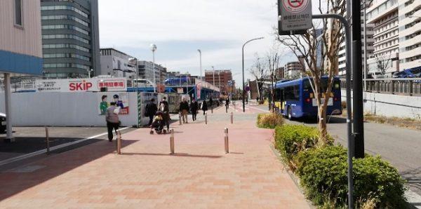 新横浜駅西広場の前の道路