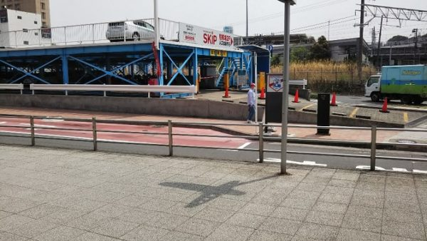 新横浜駅の東広場の交番の奥、イケアシャトルバス乗り場
