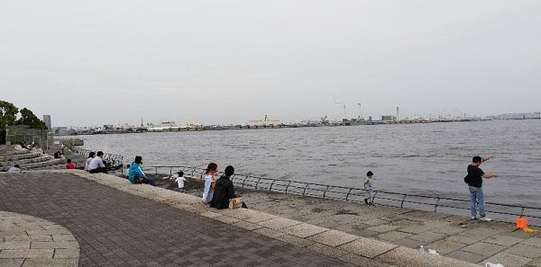 臨港パークのアーチ橋付近で釣りをしている人
