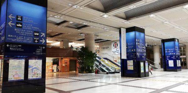 横浜駅東口のそごう前の柱のナビ看板