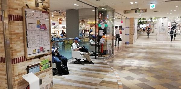 川崎駅のアトレ川崎店内のベンチ