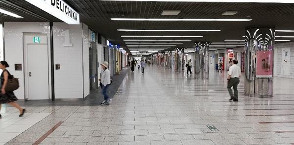 川崎駅のアゼリア地下街の通路