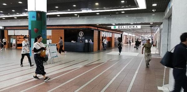 川崎駅の東口、アゼリア地下街のインフォメーションデスクの前