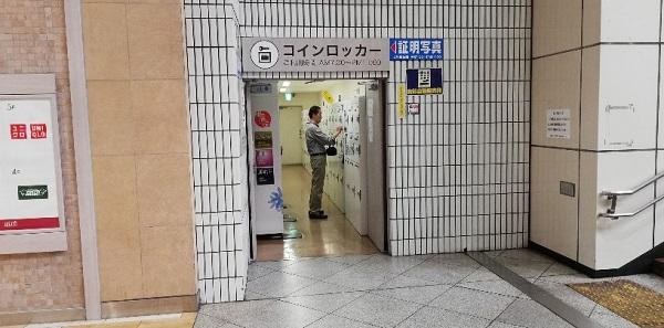 川崎駅の中央東口のでかいモニターの下の階段下にあるロッカー