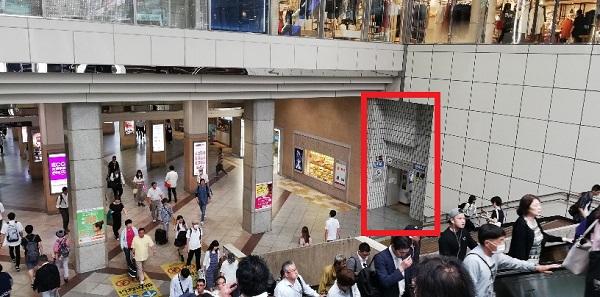 川崎駅の中央東口の階段下に接地されているロッカーの場所