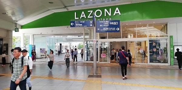 川崎駅の中央西口、ラゾーナ川崎前