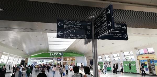 川崎駅の中央通路、中央西口のラゾーナ川崎の看板