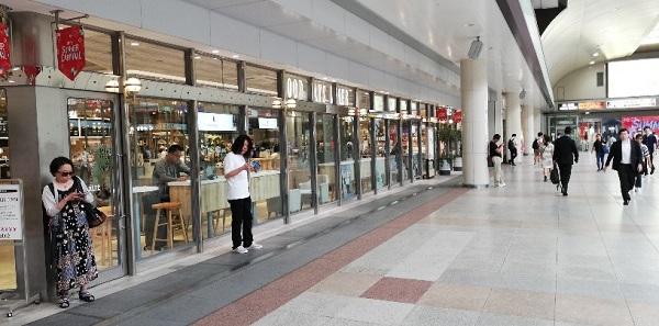 川崎駅の中央通路、アトレ川崎内のコーヒーミルク前