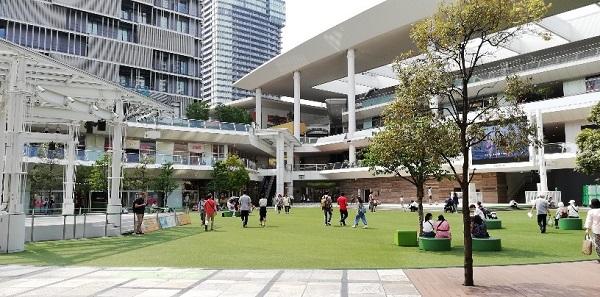 川崎駅の東口、ラゾーナ川崎の芝生の広場