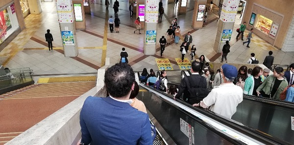 川崎駅東口のでかいモニター下の階段
