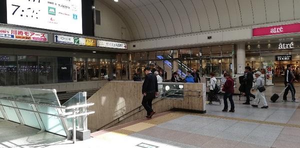 川崎駅の東口へ降りる階段