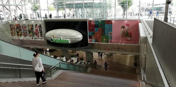 川崎駅東口の地下街アゼリアへ降りる