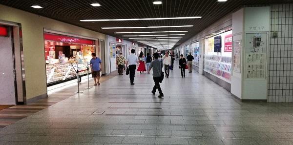 川崎駅の地下街アゼリアの通路(コージーコーナー前)