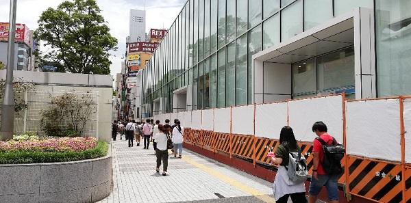 川崎駅東口のゼロゲート横の道路