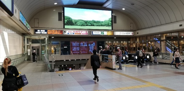 川崎駅の中央東口前の大きいモニター