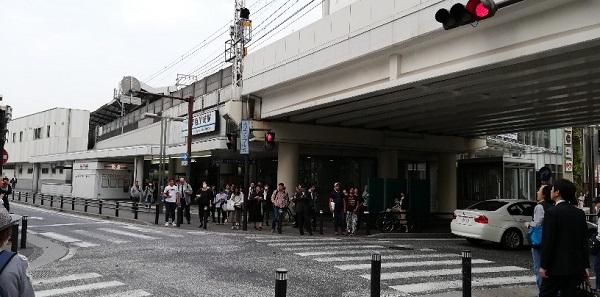 京急川崎駅前の交差点(高架下)