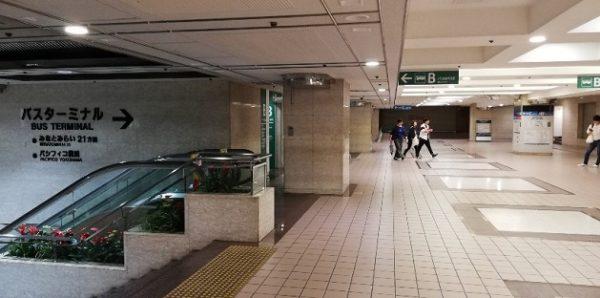 横浜駅東口のバスターミナル(乗り場入り口)