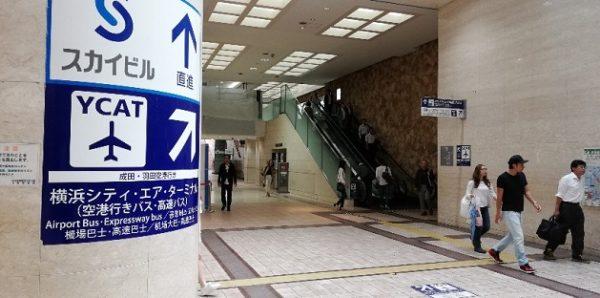 横浜駅東口YCATへのナビ看板