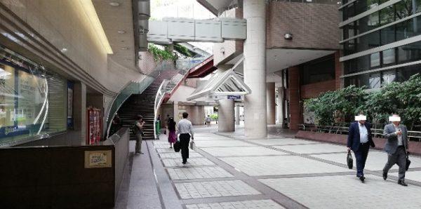 横浜駅東口のそごうエントランス前