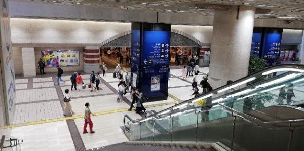 横浜駅東口のそごうエントランス前の階段