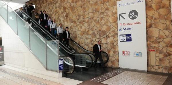横浜駅東口YCATへ向かう階段
