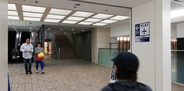 横浜駅東口のYCATへ向かう階段