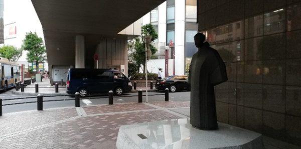 横浜駅西口第2バス乗り場前の女性の銅像