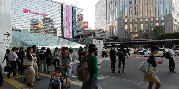 横浜駅中央西口の広場前