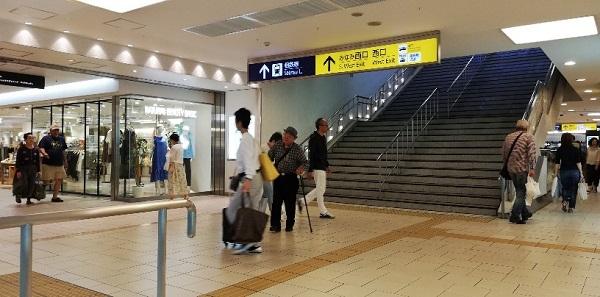 横浜駅地下鉄ブルーライン前の階段