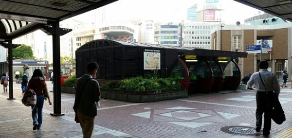 横浜駅西口、公衆電話と交番の前